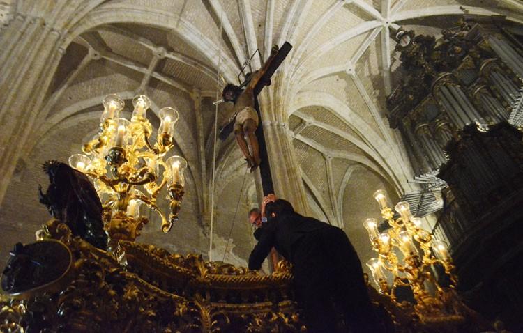 Oraciones y saetas para trasladar al Cristo de la Buena Muerte hasta su paso (GALERÍA)