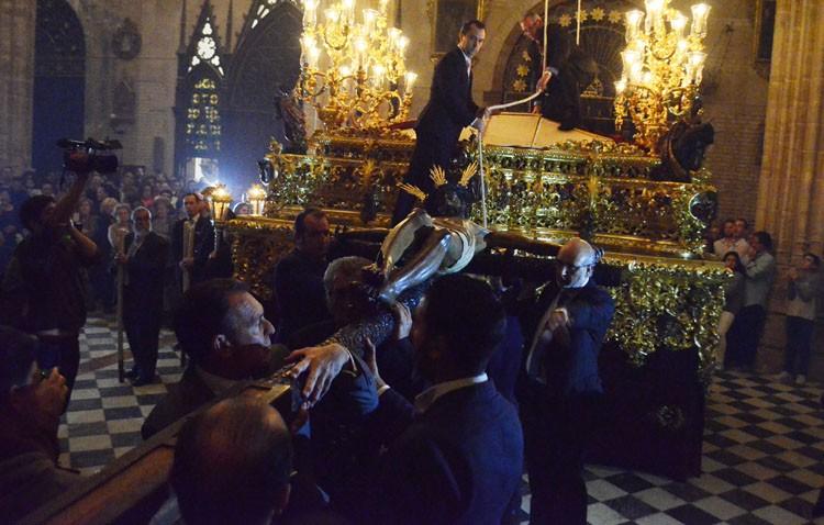 La hermandad de los Gitanos organiza el besapié y el traslado del Cristo de la Buena Muerte hasta su paso procesional