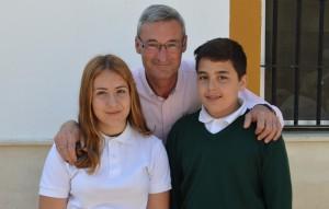Los alumnos premiados, con el director del colegio