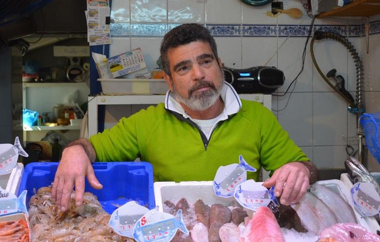 El utrerano Manuel Piña Suárez «El Navero», más de dos décadas al frente de una pescadería en la calle Sevilla