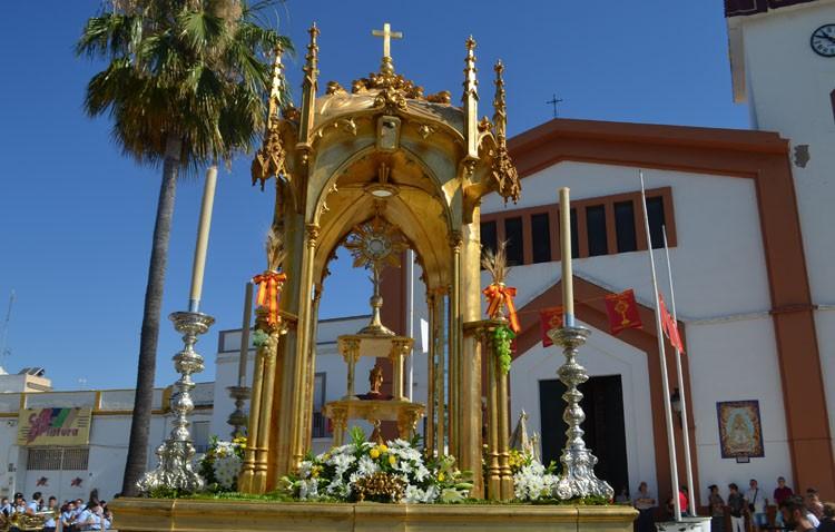 El calor marca la procesión eucarística de la parroquia de San José (GALERÍA)