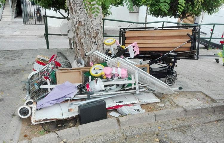 Multa de hasta 750 euros por tirar enseres y electrodomésticos junto a un árbol en la barriada La Paz