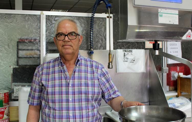 El pescadero Fernando Molina, el último superviviente de la plaza de abastos de Utrera