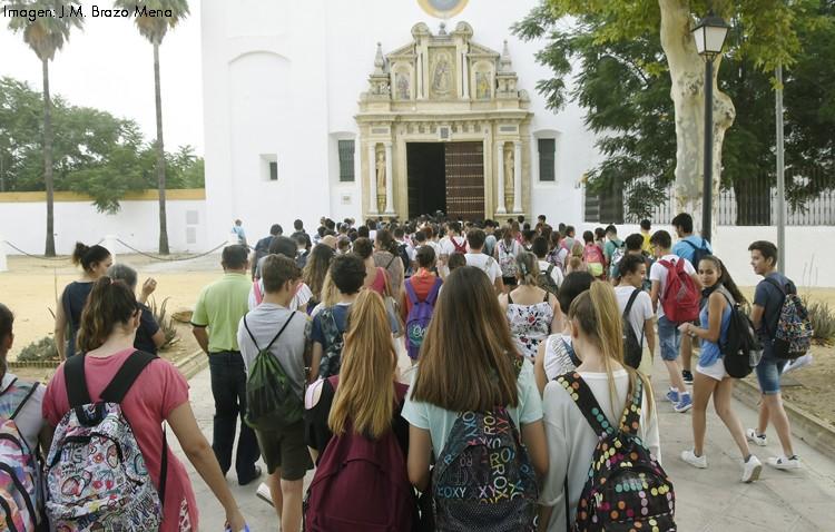 Los alumnos del instituto Virgen de Consolación culmina el curso con una ofrenda floral a patrona de Utrera