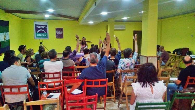La coordinadora provincial de Podemos, presente en una reunión con los militantes de Utrera