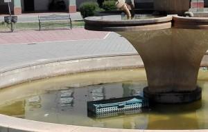fuente plaza europa - agua sucia (2)
