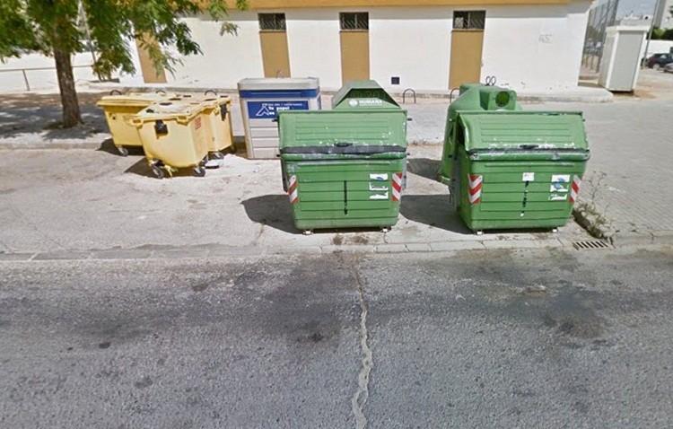 Denunciados dos jóvenes por volcar contenedores en El Tinte