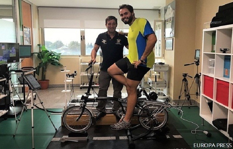Llega a Utrera el joven jerezano que marcha en bicicleta a Roma por enfermos de fibrosis