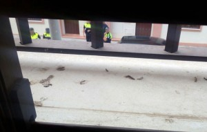 Presencia policial fotografiada por uno de los ocupas desde la vivienda