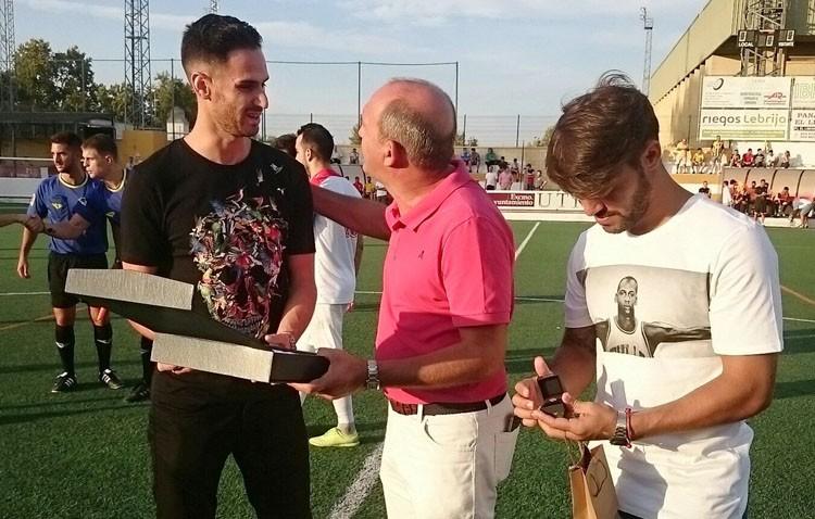 El C.D. Utrera empata ante el San Roque de Lepe (1-1) en un partido con homenaje a Rubén Cruz