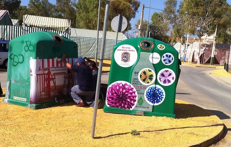 Decoran los contenedores de vidrio para fomentar el reciclaje durante la Feria de Consolación