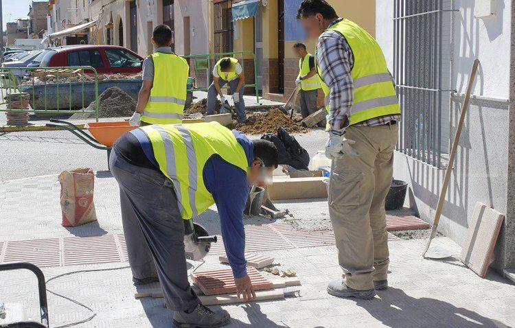 La edil de Recursos Humanos asegura que «los trabajadores municipales tienen la ropa pero no van a recogerla»