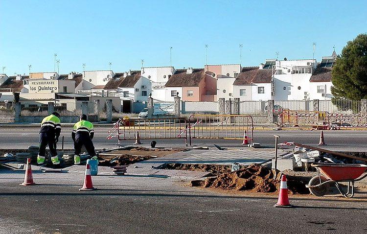 Comienza la instalación del nuevo semáforo entre Campoverde y los Ruedos de Consolación