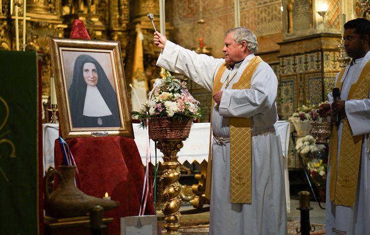 Un cuadro de Ana María Janer, a los pies de la patrona de Utrera
