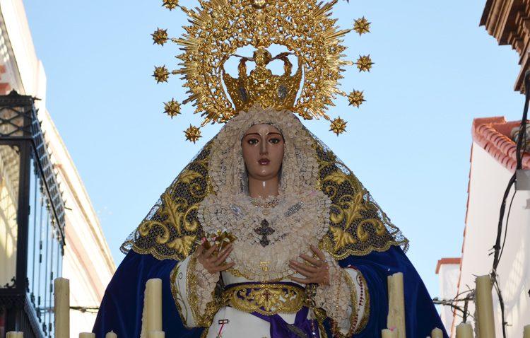 Un coro, tamborileros y numerosos estrenos para el traslado de la Virgen de la Estrella a la parroquia de Santiago