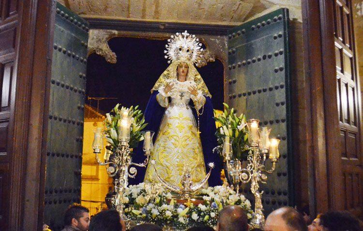Fuegos artificiales, flauta y tamboril, vivas, pétalos y mucha emoción en el traslado de la Virgen de la Estrella a Santiago (IMÁGENES)
