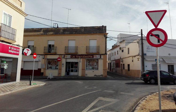 El cambio de tráfico en la calle Arenal traslada el problema a la estrecha calle San Martín de Porres