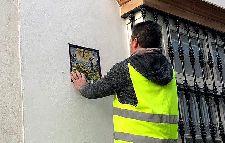 Comienza la instalación definitiva de los azulejos del vía crucis del Consejo tras la sentencia favorable