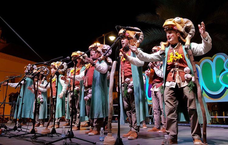 Domingo de carnaval en Utrera con concurso de disfraces, actuaciones y un pasacalles con zancudos y brasileñas