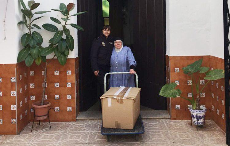 La Policía Nacional entrega a las Madres Carmelitas de Utrera los alimentos recogidos en su campeonato de pádel