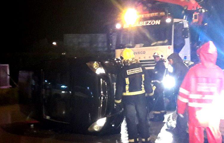 La colisión de dos vehículos en la rotonda del polígono El Torno deja un herido y uno de los coches volcados