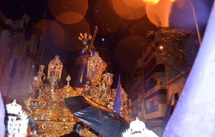 La lluvia obliga a la hermandad de Jesús Nazareno a regresar a su templo nada más salir (AUDIO E IMÁGENES)