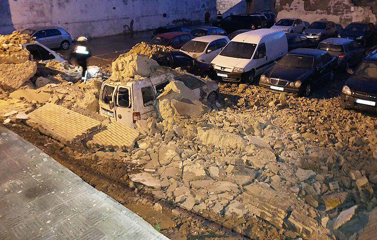 Un muro de 30 metros se desploma aplastando ocho vehículos