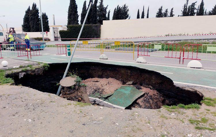 La persistencia de las lluvias provoca un gran socavón junto al tanatorio de Utrera