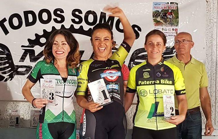 La ciclista Javiera Huidobro, líder de la categoría máster en la maratón de Rota
