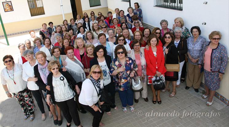 Las nuevas tecnologías reúnen a un grupo de antiguas alumnas del colegio de las Hermanas de la Cruz