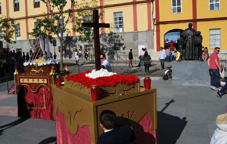 El futuro cofrade de Utrera sale a la calle con los «pasitos» de cruces de mayo (GALERÍA)