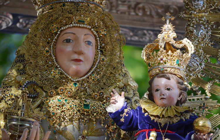 Jornada de procesión con la patrona de Utrera para conmemorar su coronación canónica