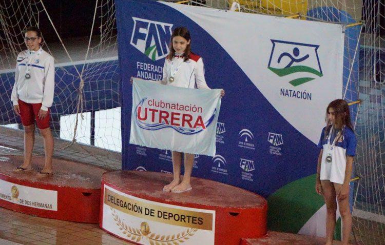El Club Natación Utrera consigue nueve medallas en el campeonato provincial de natación en categoría alevín-benjamín
