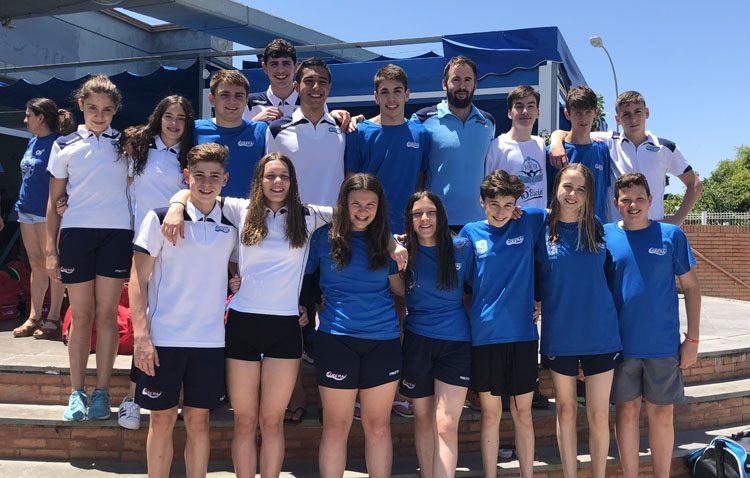 El Club Natación Utrera consigue un total de quince medallas en el X Trofeo Ciudad de Sanlúcar