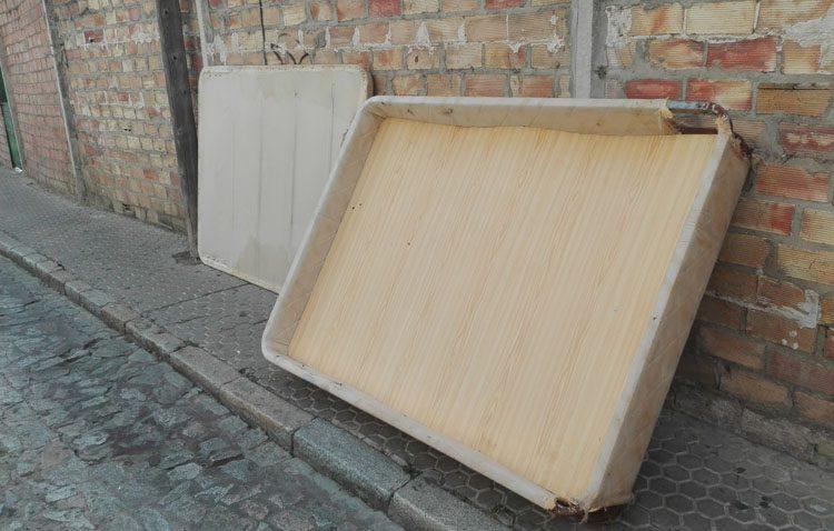 Muebles tirados en la calle