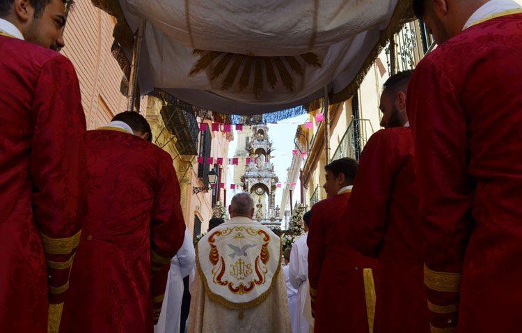 Una procesión de Corpus Christi que «relució más que el sol» entre altares, juncia y acordes eucarísticos (GALERÍA)