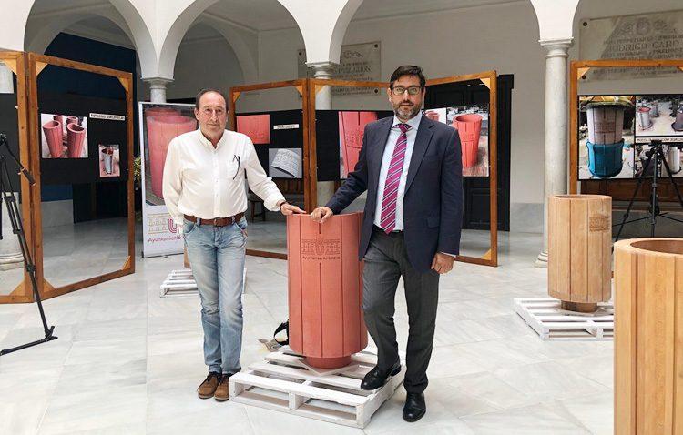 El alcalde organiza una exposición para presentar las papeleras que se van a instalar en Utrera