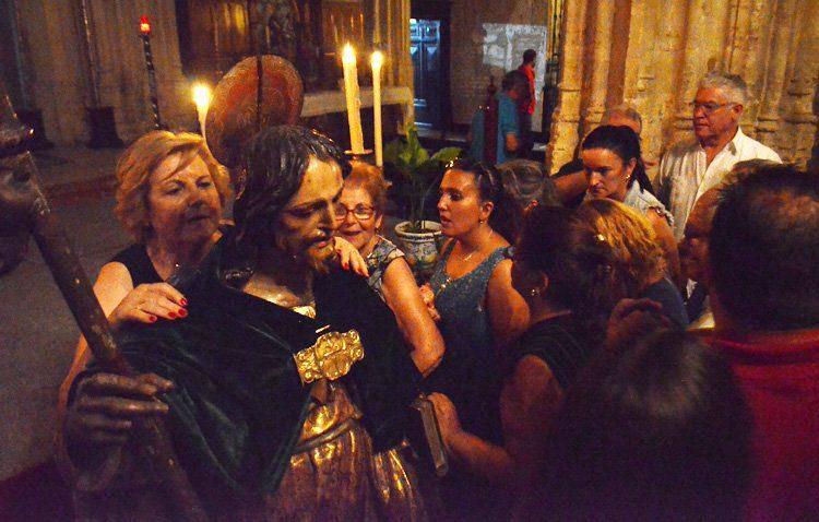 Noche de luminarias, ministriles y campanas para dar el abrazo al apóstol Santiago