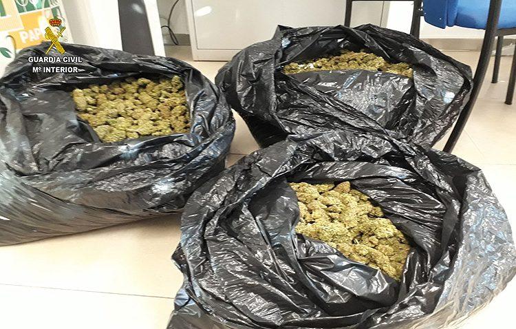 Detenido tras ser descubierto con 10,5 kilos de marihuana en el coche