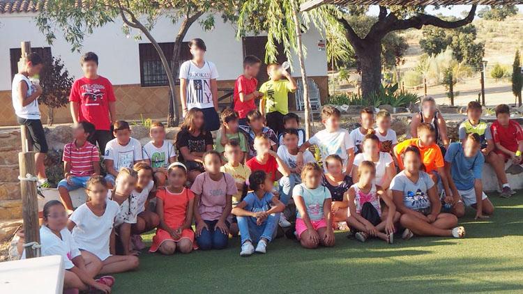 Una década de colonias de verano en la hermandad de los Gitanos regalando vacaciones a los más necesitados