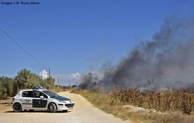 Un fuego provoca el corte de dos caminos flanqueados de residuos junto a El Junquillo