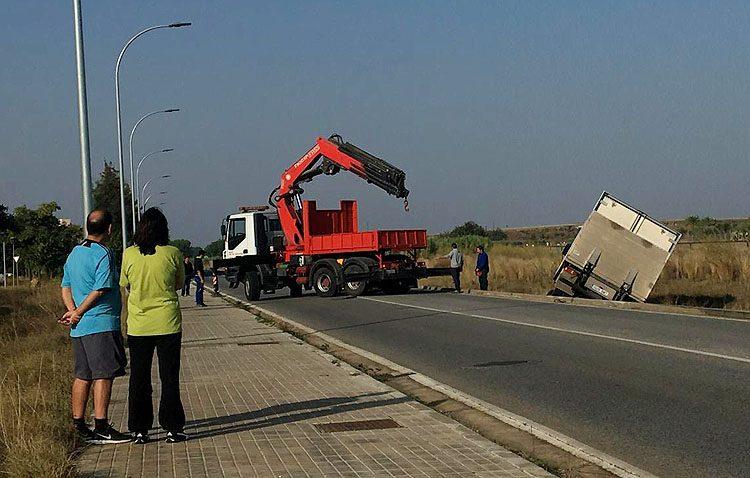 El fallo en una rueda de un camión provoca su salida de la vía en la ronda norte
