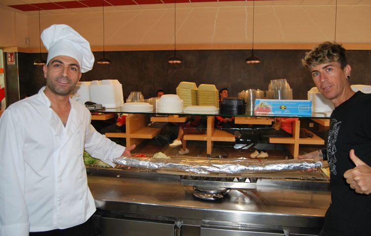 El reto de un joven para comerse un kebab de casi cuatro kilos y 1,5 metros en el restaurante Kebab Estambul (IMÁGENES)