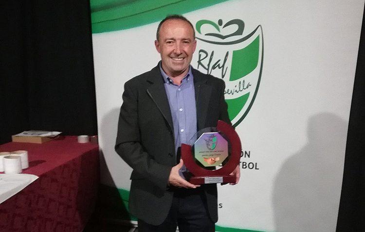 Manuel Gavín recibe el premio al juego limpio que otorga la Federación Andaluza de Fútbol
