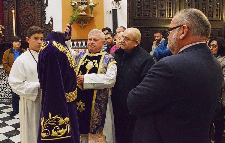 Una nueva túnica bordada en oro para Jesús Nazareno