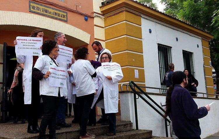 Los médicos de atención primaria de Utrera salen a la calle para denunciar la «insostenible situación» de este sector