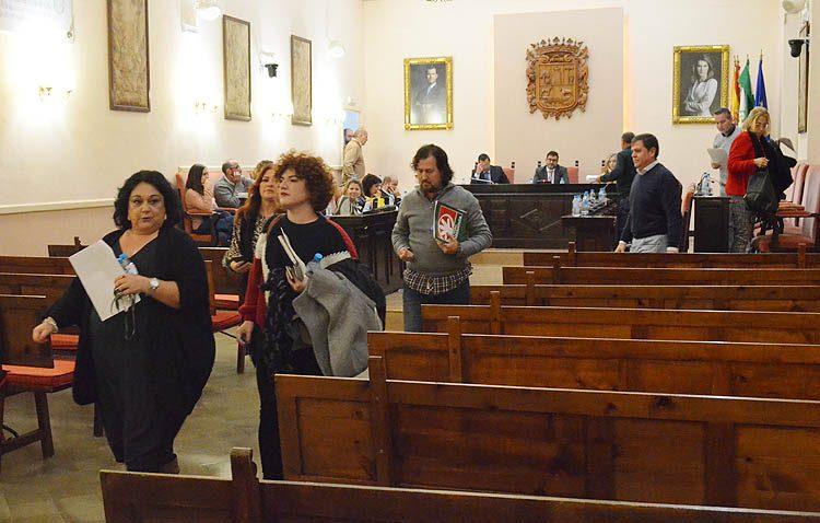 Bronca política y abandono de concejales del pleno municipal tras la concesión de tres ayudas al trasporte a las hijas de las socialistas Carmen Cabra y Ana Cerrillo