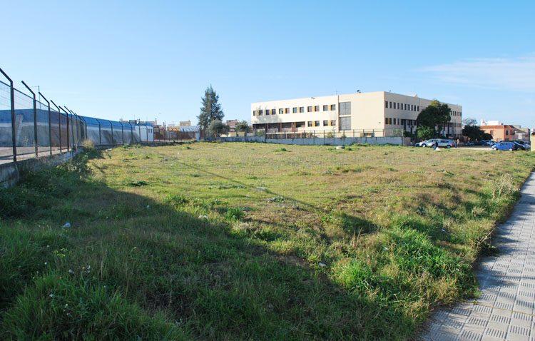 Utrera ofrece como sede central de Aguas del Huesna una parcela entre el instituto Ponce de León y el depósito