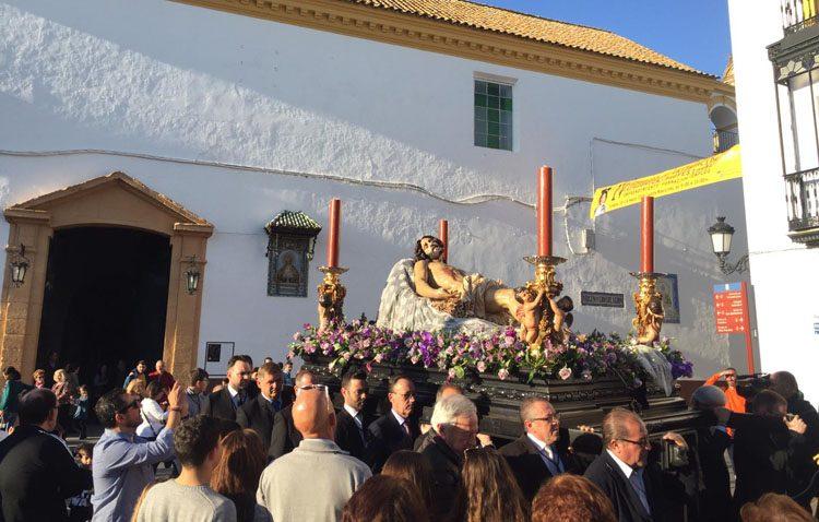 Tarde de vía crucis del Consejo de Hermandades en Utrera, con la imagen del Cristo Yacente