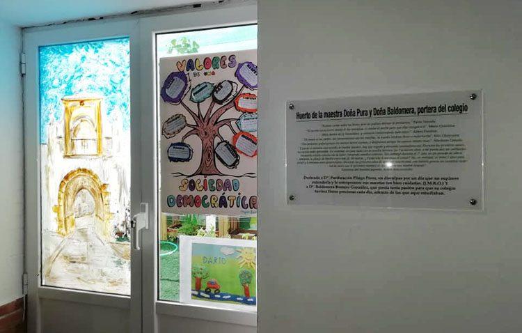 Un homenaje a dos personas fundamentales del colegio Rodrigo Caro en su huerto escolar
